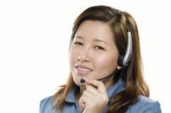 Asiatisk kvinna med hörlurar med mikrofon Arkivfoton