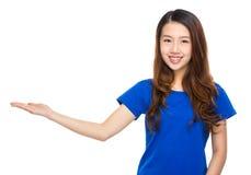 Asiatisk kvinna med handpresentation Arkivbilder