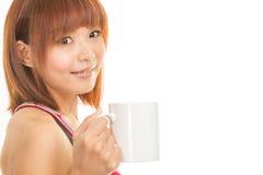 Asiatisk kvinna med kaffekoppen arkivbild