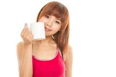 Asiatisk kvinna med kaffekoppen Arkivbilder