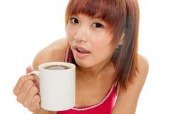 Asiatisk kvinna med kaffekoppen Royaltyfria Bilder