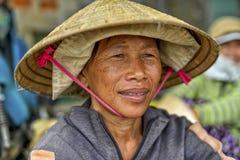 Asiatisk kvinna med koniskt Arkivbild