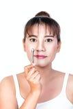 Asiatisk kvinna med massagepinnen Royaltyfri Fotografi