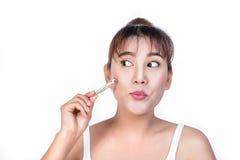 Asiatisk kvinna med massagepinnen Royaltyfri Foto