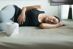 Asiatisk kvinna med morgonsjukdom och sova, gravid kvinnlig kväljning i sovrummet som är svårsmält royaltyfri bild