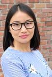 Asiatisk kvinna med neutralt uttryck arkivbilder