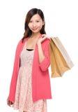 asiatisk kvinna med shoppingpåsen Fotografering för Bildbyråer