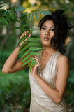 Asiatisk kvinna med sidor Royaltyfria Foton