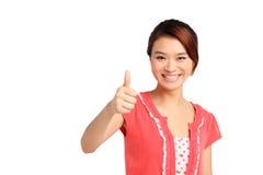 Asiatisk kvinna med tummen upp Arkivfoto