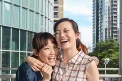 Asiatisk kvinna med vänner royaltyfri bild