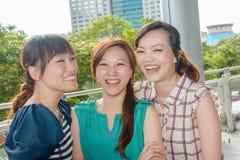 Asiatisk kvinna med vänner royaltyfria bilder