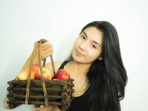 Asiatisk kvinna och äpple Arkivfoto