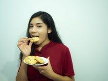 Asiatisk kvinna och kakor Arkivbild