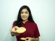 Asiatisk kvinna och kakor arkivbilder
