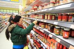 Asiatisk kvinna på supermarket Arkivfoton