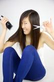 Asiatisk kvinna som är lycklig om att gå att klippa långt hår Royaltyfria Bilder