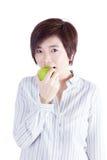 Asiatisk kvinna som äter äpplet Arkivbild