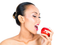 Asiatisk kvinna som äter äpplet, och sund uppehälle Royaltyfria Bilder