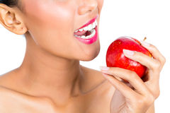 Asiatisk kvinna som äter äpplet, och sund uppehälle Arkivbilder