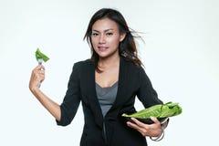 Asiatisk kvinna som äter grönsaker Arkivfoton
