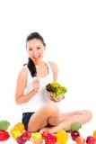 Asiatisk kvinna som äter sund sallad Arkivfoto