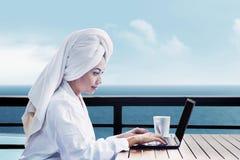 Asiatisk kvinna som använder bärbar dator Arkivbilder