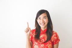 Asiatisk kvinna som bär att tänka för klänning för traditionell kines Arkivfoto