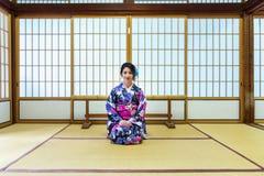 Asiatisk kvinna som bär den japanska traditionella kimonot i Japan Arkivfoto