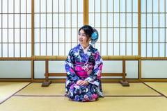 Asiatisk kvinna som bär den japanska traditionella kimonot i Japan Fotografering för Bildbyråer