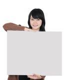 Asiatisk kvinna som bär ett tomt papper Royaltyfria Foton