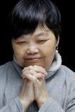 Asiatisk kvinna som ber och lovordar Herren fotografering för bildbyråer