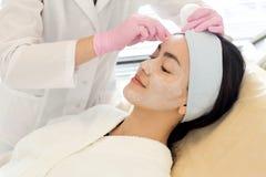 Asiatisk kvinna som besöker cosmetologisten arkivfoton