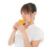 Asiatisk kvinna som dricker apelsinen Arkivfoton