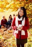 Asiatisk kvinna som dricker en varm drink arkivbilder