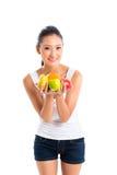Asiatisk kvinna som erbjuder sunda frukter Royaltyfria Foton