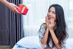 Asiatisk kvinna som förvånas av födelsedaggåvorna Folk och livsstilbegrepp Valentin- och födelsedagtema Bröllop och koppling royaltyfri bild