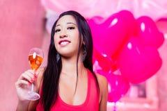Asiatisk kvinna som festar i nattklubb Arkivbild