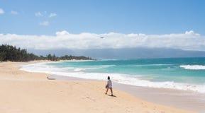 Asiatisk kvinna som går över den tropiska sandiga stranden royaltyfria foton