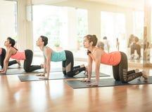 Asiatisk kvinna som gör yoga i yogastudio arkivfoto