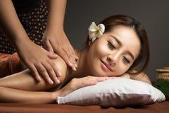 Asiatisk kvinna som har massagen, sund thailändsk massage Royaltyfria Bilder