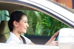 Asiatisk kvinna som kör bilen Royaltyfri Bild