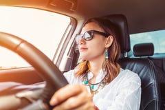 Asiatisk kvinna som kör en bil Royaltyfri Foto