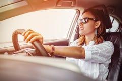 Asiatisk kvinna som kör en bil Arkivbilder