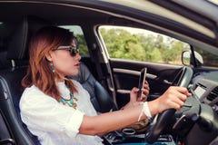 Asiatisk kvinna som kör en bil Royaltyfria Bilder
