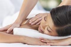 Asiatisk kvinna som kopplar av på vård- Spa som har massage Fotografering för Bildbyråer