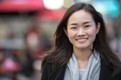 Asiatisk kvinna som ler framsidaståenden Royaltyfri Fotografi