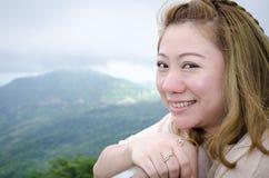 Asiatisk kvinna som ler naturligt frankt i lycklig utomhus- stående arkivbilder
