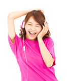 Asiatisk kvinna som lyssnar och tycker om musik i hörlurar Royaltyfria Bilder