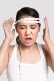 Asiatisk kvinna som mäter hans huvud Arkivfoton