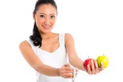 Asiatisk kvinna som mäter kroppen Arkivbilder